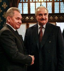 El ministro de Defensa ruso, el general Sergei Shoigú, con el general Jalifa Haftar en un encuentro en Moscú