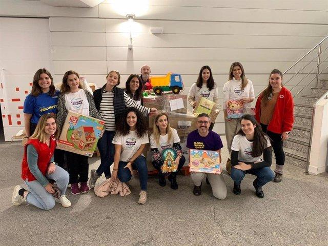 Mondelez International dona 1.124 horas e involucra a 360 personas en su última edición de voluntariado corporativo. En la imagen, volunarios colaboran con Cruz Roja