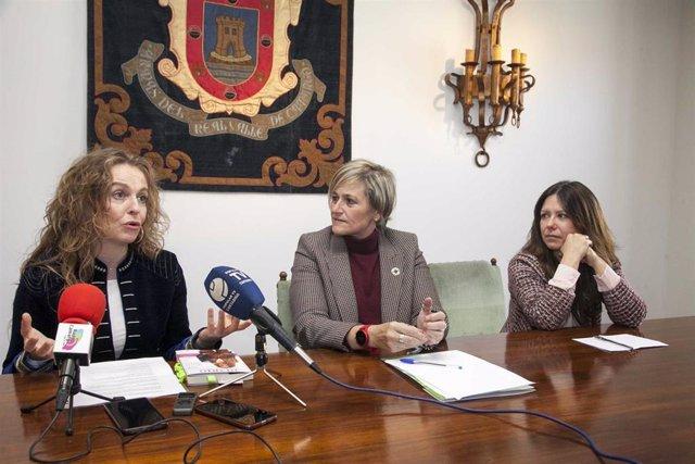 La alcaldesa de Camargo, Esther Bolado, la concejala de Igualdad, Jennifer Gómez, y Yolanda Saénz de Tejada