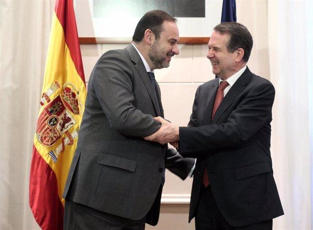 El ministro de Transportes, Movilidad y Agenda Urbana, José Luis Ábalos saluda al presidente de la Federación Española de Municipios y Provincias (FEMP),  Abel Caballero tras su reunión en el Ministerio de Transportes, en Madrid (España), a 19 de febrero