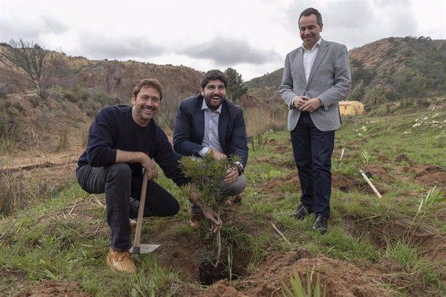 El presidente de la Comunidad, Fernando López Miras, entrega el Certificado de Compensación de Emisiones CO2 de la Región de Murcia al director de la película 'El Secreto de Ibosim', Miguel Ángel Tobías.