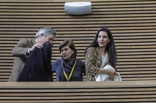 La portavoz de VOX en la Asamblea de Madrid, Rocío Monasterio (dech), al finalizar la concentración de tres minutos de silencio a las puertas de Les Corts Valencianes, para condenar el último asesinato machista en Moraira (Valencia)