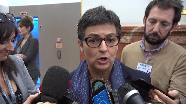 La ministra de Asuntos Exteriores, Unión Europea y Cooperación de España, Arancha González Laya, en los pasillos del Congreso.