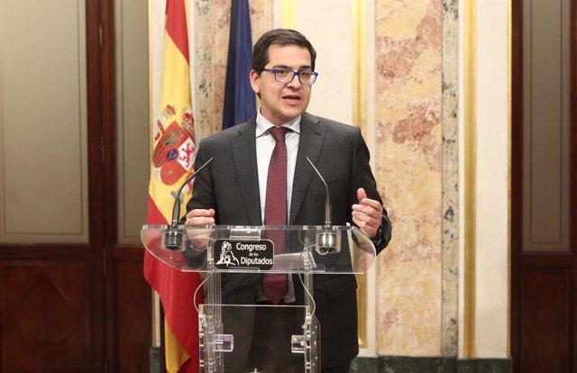El diputat de Ciutadans al Congrés, José María Espejo-Saavedra, en roda de premsa després de finalitzar la sessió de constitució de les Corts per a la XIV Legislatura al Congrés dels Diputats, Madrid (Espanya), 3 de desembre del 2019.