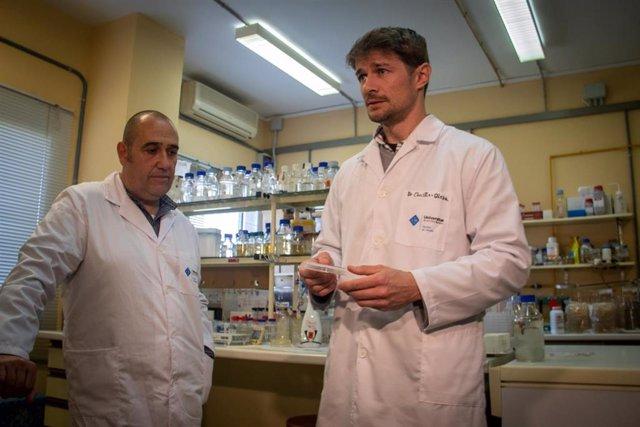 Los científicos Rafel Bosch i Joseph Christie-Oleza.