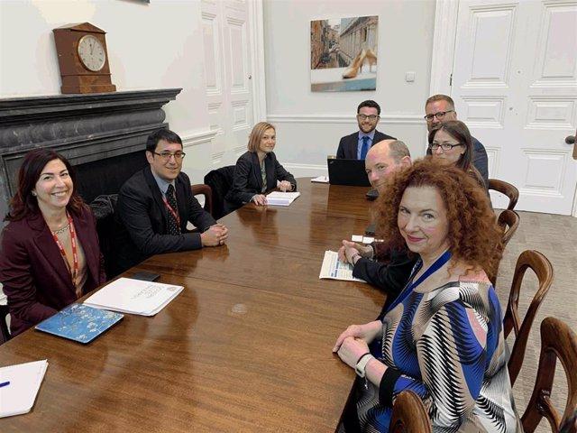 El conseller de Turismo de Baleares, Iago Negueruela, informa al Gobierno británico de la nueva normativa contra el turismo de borrachera.
