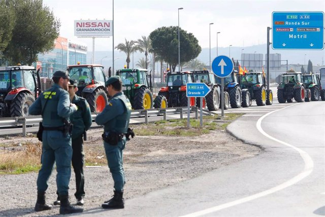 Manifestacion de agricultores con tractores a su entrada en Granada