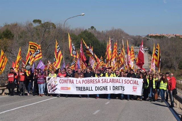 Trabajadores del sector petroquímico en Tarragona durante la huelga, convocada por UGT y CCOO de 24 horas en los polígonos petroquímicos del norte y sur de la provincia, tras el accidente en Iqoxe, en Tarragona (España), a 19 de febrero de 2020.