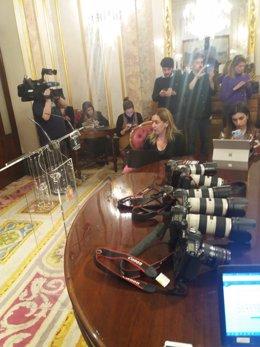 Reporteros gráficos protestan con sus cámaras sobre el escritorio después de que PP y Cs les impidieran cubrir una reunión en el Congreso
