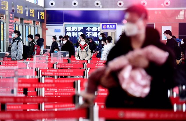 18 February 2020, China, Shenyang: Passengers with face masks wait for their flight at the Taoxian international airport, amid the outbreak of the coronavirus. Photo: Zhang Wenkui/SIPA Asia via ZUMA Wire/dpa