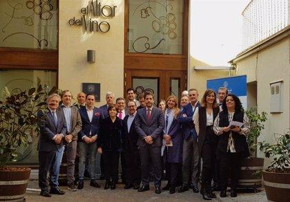 """Sáenz de Santamaría advierte a las empresas familiares de la necesidad de fortalecerse """"ante la incertidumbre actual"""""""