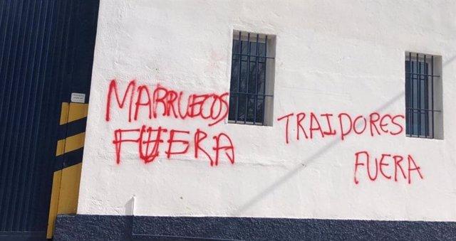 Pintadas en la fachada de una distribuidora de El Ejido (Almería)