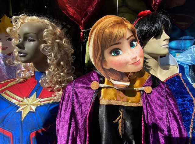 Disfraces y careta del personaje Anna de la película Frozen en una tienda de disfraces