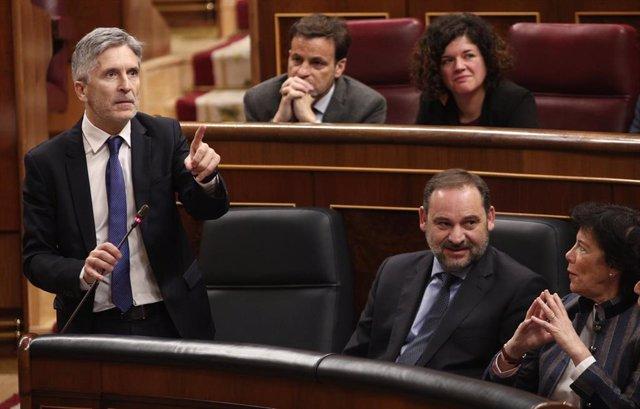 El ministro del Interior, Fernando Grande -Marlaska, en una primera sesión de control al Gobierno. Detrás, Jaume Asens, presidente del grupo de Unidas Podemos