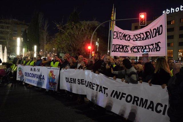 Cabecera de la manifestación del sector petroquímico con una pancarta que dice 'Exigimos seguridad, queremos respuestas' en Tarragona/Catalunya (España), a 19 de febrero de 2020.