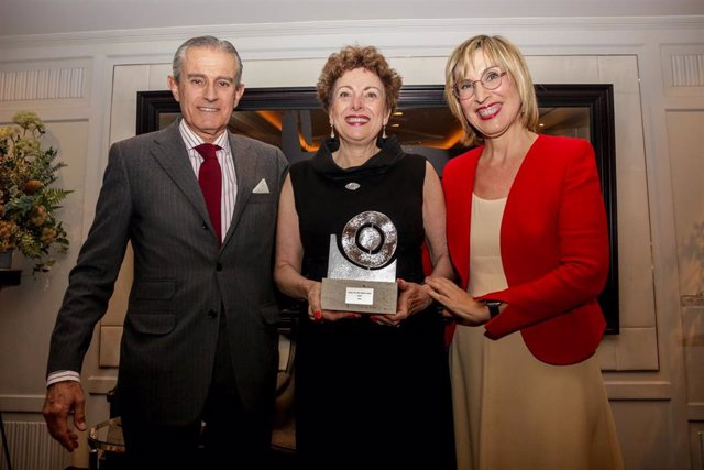 El presidente de Europa Press, Asís Martín de Cabiedes, da un premio a la embajadora de México, Roberta Lajous, antes de la cena anual de socios del Consejo Empresarial Alianza por Iberoamérica (CEAPI), en el Hotel Villamagna, en Madrid a 19 de febrero de