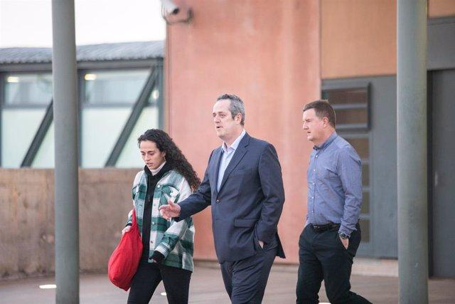 L'exconseller de la Generalitat Quim Forn acompanyat de la seva filla i un cunyat sortint de la presó de Lledoners per anar a treballar