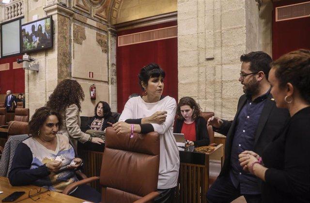 La presidenta del grupo parlamentario Adelante Andalucía, Teresa Rodríguez (c), junto a miembros de su grupo parlamentario, en el Pleno del Parlamento andaluz (Foto de archivo).