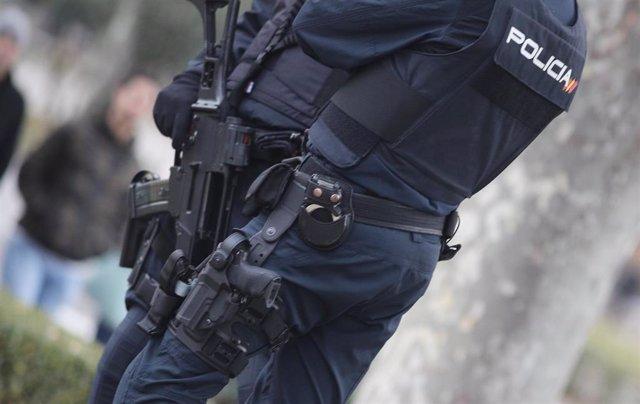 Dos agentes de la Policía Nacional en una calle de Madrid.