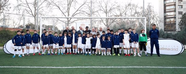 Fútbol.- Vinicius visita a los alumnos de la escuela sociodeportiva de fútbol de