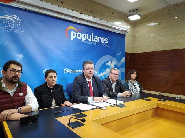 El diputado del PP en las Cortes de C-LM Juan Antonio Moreno Moya junto a diferentes profesionales sanitarios de la región en rueda de prensa