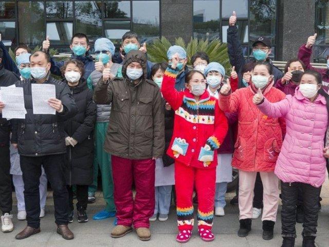 Los pacientes recuperados de neumonía por coronavirus novedosa  posan para fotos con el personal médico en el campus oeste del Hospital Wuhan Union en Wuhan, provincia de Hubei, en China central, el 19 de febrero de 2020.
