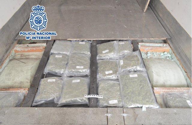 Detingut un camioner amb 80 quilos de marihuana en un doble fons a la Jonquera (Girona).