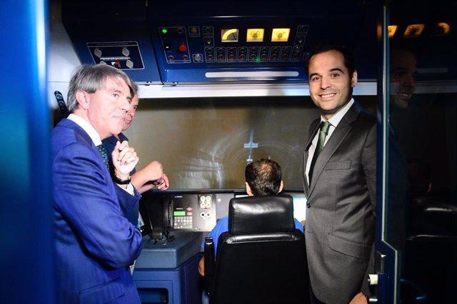 Imagen de recurso del vicepresidente de la Comunidad de Madrid, Ignacio Aguado, y el consejero de Transportes, Ángel Garrido, durante una visita a una cabina de maquinista de Metro de Madrid.