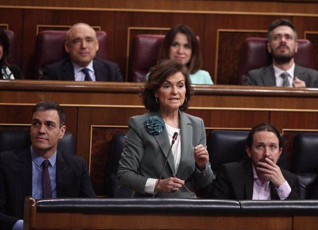 La Vicepresidenta Primera del Gobierno y Ministra de Presidencia, Relaciones con las Cortes y Memoria Democrática, Carmen Calvo, contesta a la pregunta de la portavoz del PP en el Congreso Cayetana Álvarez de Toledo, durante una sesión de control al Gobie