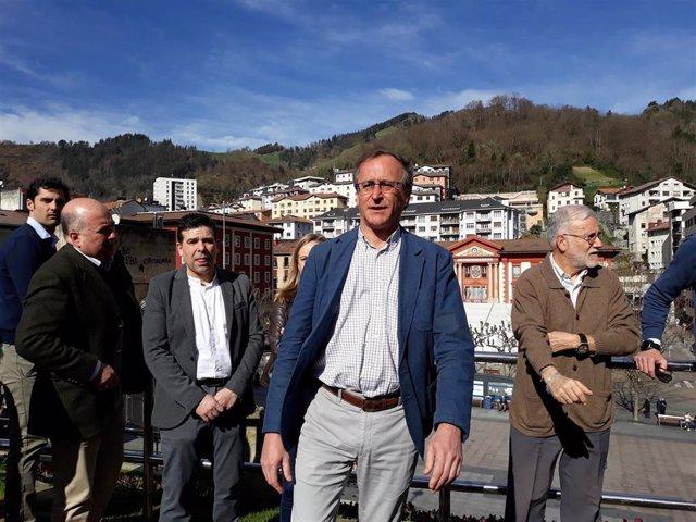 El presidente del PP vasco, Alfonso Alonso,  junto a miembros de la formación popular