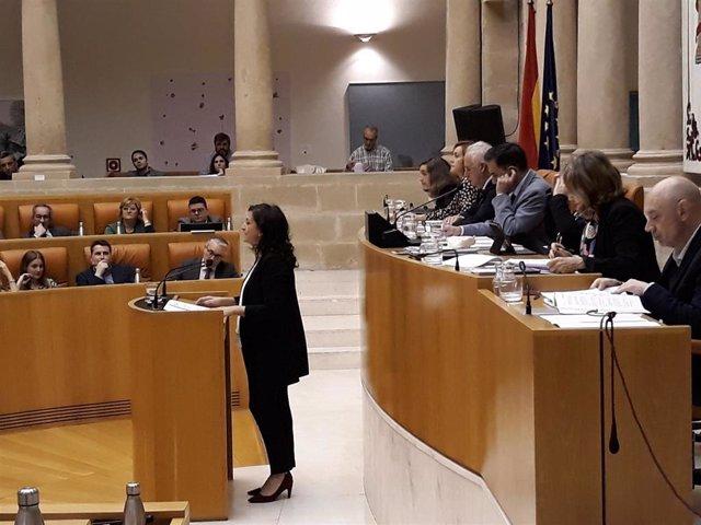 La presidenta del Gobierno riojano Concha Andreu responde en el pleno del Parlamento de La RIoja