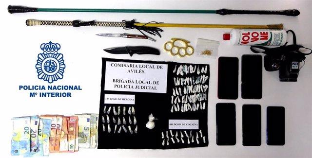 Droga, dinero y material intervenido en una redada en Avilés.