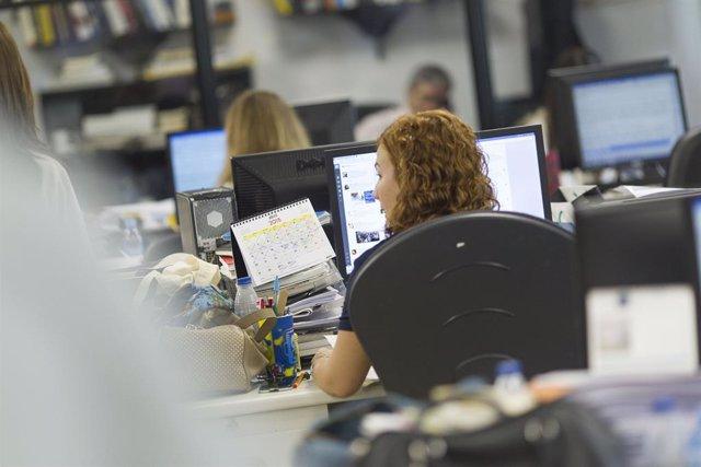 Oficina, ordinadors, feina, ocupació, atur, treballadores (recurs)
