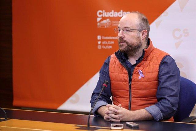 El presidente del Grupo Parlamentario Cs, Alejandro Ruiz, en rueda de prensa.