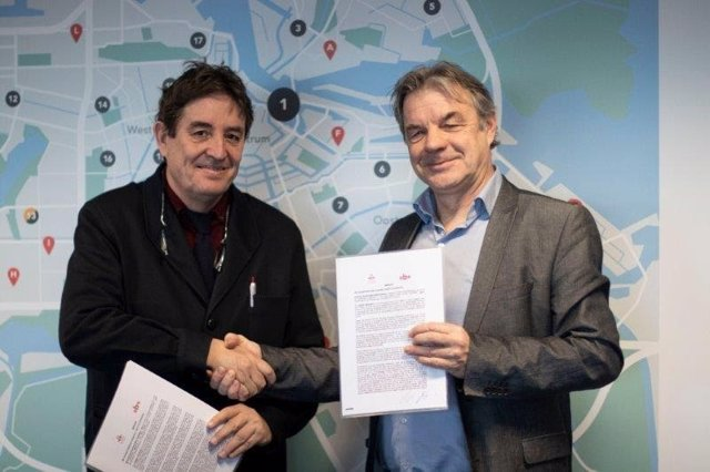 Los directores del Instituto Cervantes, Luis García Montero, y de la Biblioteca Pública de Ámsterdam, Martin Berendse, firman un acuerdo