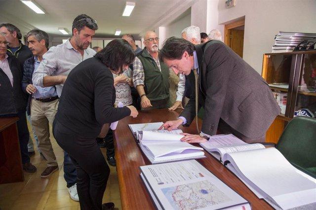 El consejero de Obras Públicas, Ordenación del Territorio y Urbanismo, José Luis Gochicoa, presenta el proyecto de mejora de la carretera del Alto de La Escrita-La Matanza