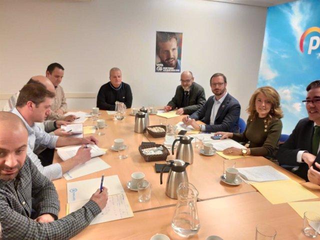 Los trabajadores de Alu Ibérica Avilés se reúnen con el portavoz del PP en el Senado, Javier Maroto, y el grupo parlamentario popular en la Junta, liderado por Teresa Mallada.