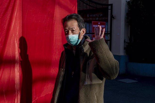 Un hombre con una mascarilla en Shanghái.