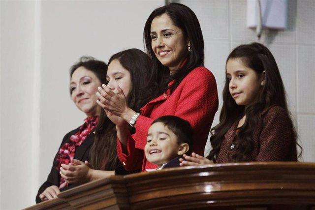 Nadine Heredia, primera dama de Perú, junto a sus hijos durante el discurso de Ollanta Humala en 2014