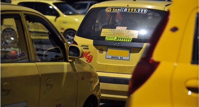Desde este lunes el 60% de los taxistas de Bogotá participan de un paro indefinido en protesta por la permanencia de aplicaciones de transporte como Uber y Cabify, y los cambios en el sistema de cobro de carreras impuesto por el Gobierno