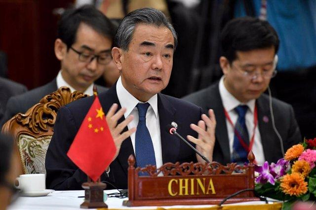 Wang Yi habla en una reunión de ministros de ASEAN en Vientián, la capital de Laos