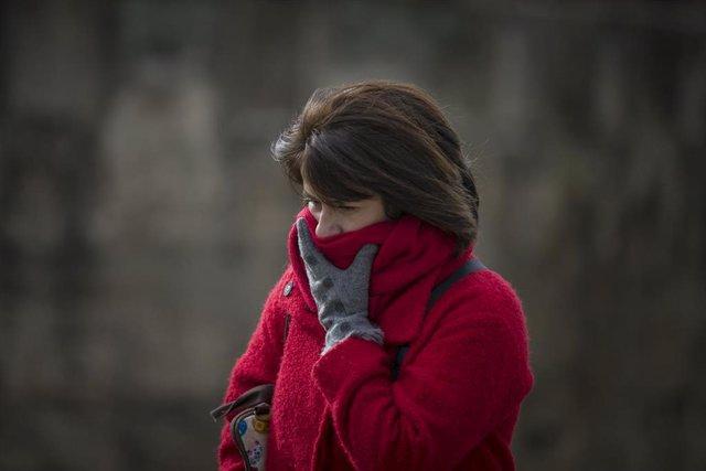 Imágenes de recurso de temperaturas bajas. Una mujer se protege del frío  en Sevilla, a 20 de enero de 2020.