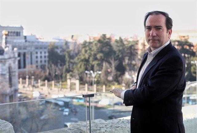 El delegado de Medio Ambiente y Movilidad del Ayuntamiento de Madrid, Borja Carabante, posa tras su entrevista con Europa Press.