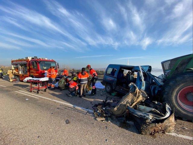Colisión frontal entre una furgoneta y un tractor cerca de Caspe