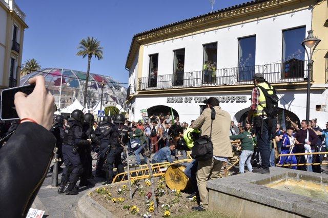 Agentes de policía vigilan la manifestación convocada en Mérida para pedir medidas para paliar la situación en el campo durante la reunión del presidente extremeño, Guillermo Fernández Vara, con el secretario de La Unión Extremadura, Luis Cortés.
