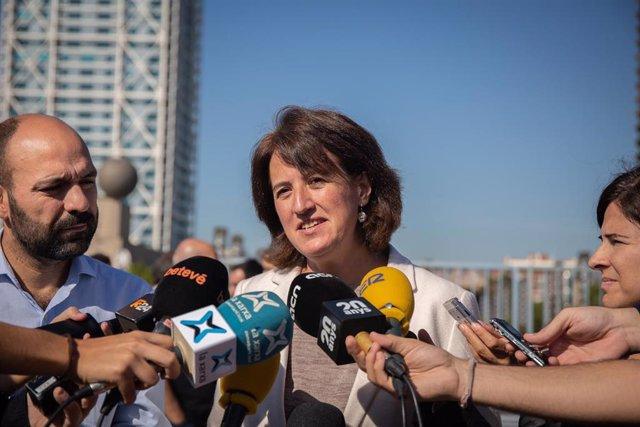 La presidenta de la Asamblea Nacional Catalana (ANC), Elisenda Paluzi ofrece declaraciones a los medios de comunicación, a su derecha el portavoz de Òmnium Cultural, Marcel Mauri. Estas entidades han convocado una nueva manifestación para el próximo sábad
