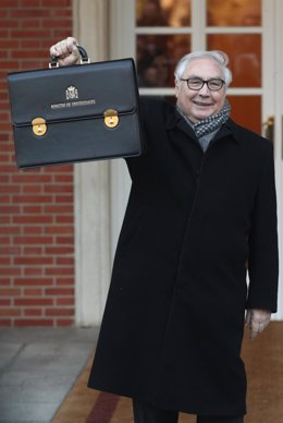El ministro de Universidades, Manuel Castells, posa con la cartera de su ministerio, a su llegada a La Moncloa para la primera reunión del Consejo de Ministros