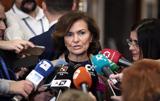 La vicepresidenta primera y ministra de la Presidencia, Relaciones con las Cortes y Memoria Democrática, Carmen Calvo, atiende a los medios de comunicación.
