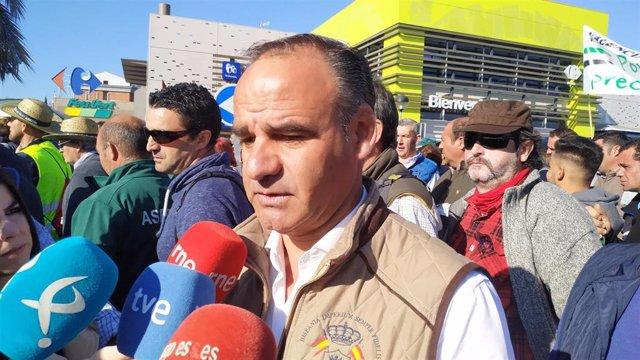 El presidente provincial de Vox Badajoz, Ángel Borreguero, en declaraciones a los medios durante la manifestación agraria en Mérida