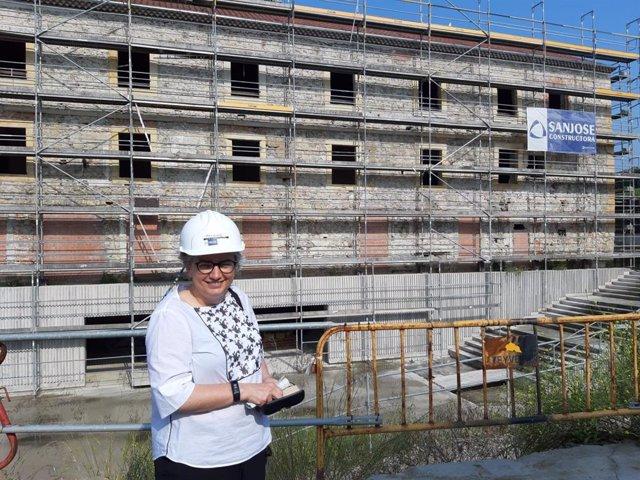 La alcaldesa de Gijón, Ana González, durante la visita de las obras de Tabacalera en julio de 2019.